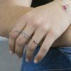 Anillo en plata con piedra semipreciosa granate, anillo laurel, anillo V y anillo bolitas en plata