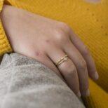 Anillo con zirconita y anillo sierra plata bañada en oro